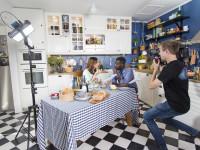 Martina Haag och Mogge Sseruwagi i IKEA kök, filminspelning. Friends Agenda